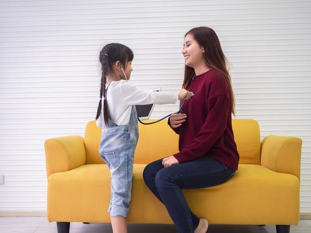 Hija está revisando la salud de su madre, concepto de familia.