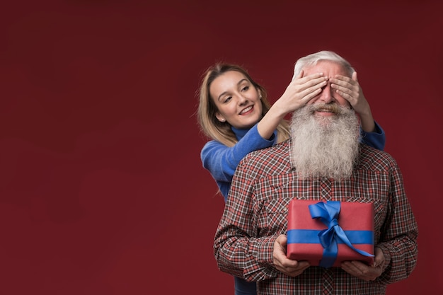 Hija sorprendiendo a su padre