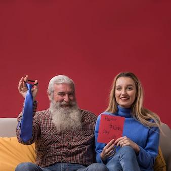 Hija con una tarjeta de felicitación del día del padre