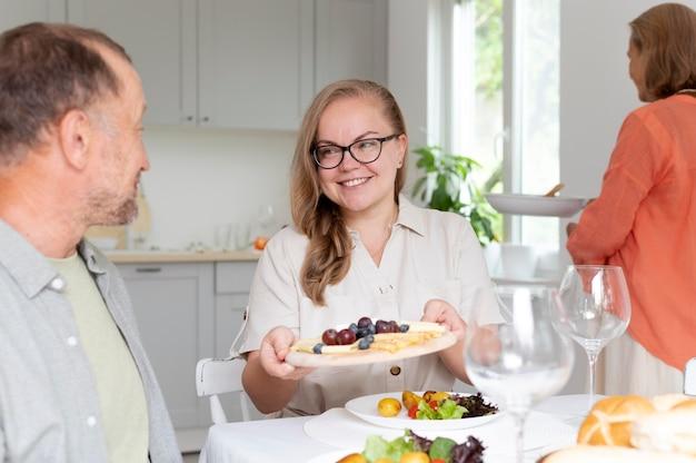 Hija visitando a sus padres en su casa.