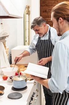 Hijo ayudando a padre en la cocina