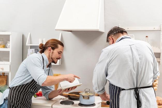 Hijo diciéndole a padre cómo cocinar
