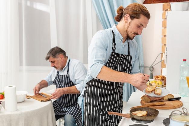 Hijo sosteniendo un plato con tostadas