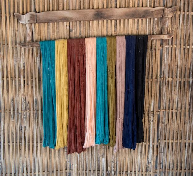 Hilado de seda tailandesa teñido natural, preparado para la fabricación.