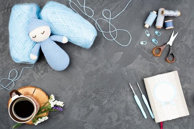 Hilados de lana azul con espacio de copia
