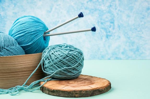 Hilados de lana de colores con agujas de plástico.