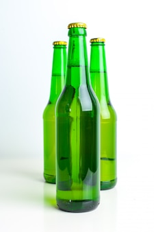 Hilera de botellas de cerveza