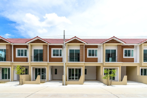 Hilera de casas adosadas recién acabadas de color marrón.