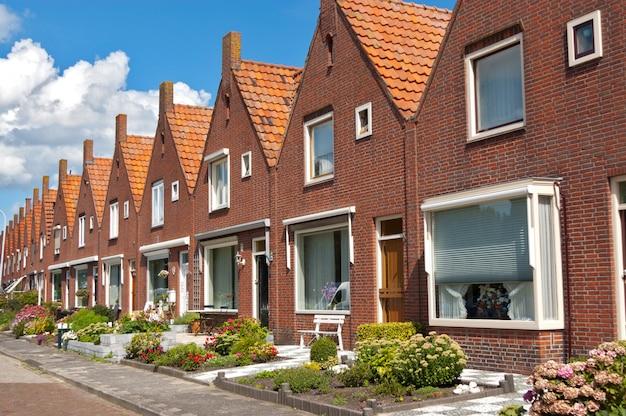 Hilera de casas familiares holandesas típicas, arquitectura moderna en holanda (holanda)