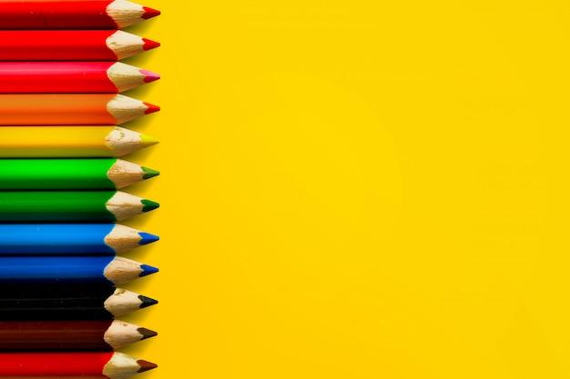Una hilera de lápices de colores