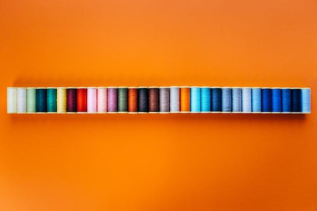 Hilo de colores para coser. hilos en carretes cinta métrica