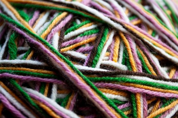 Hilo multicolor usado para tejer prendas