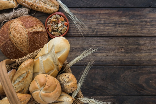 Hilo y nueces cerca del pan
