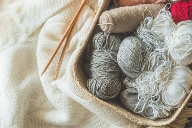 Hilo para tejer en un primer plano de la cesta. tejer como hobby. accesorios para tejer.