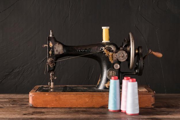 Hilos cerca de la máquina de coser