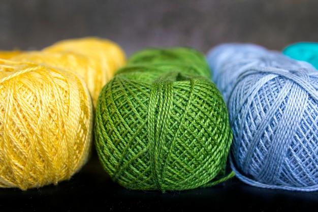 Hilos de colores para tejer fondo.