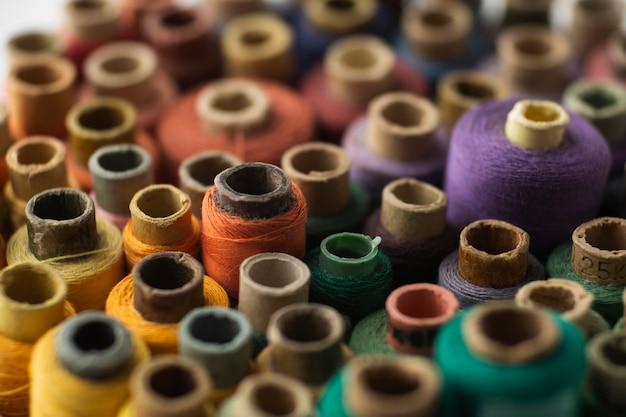 Hilos de coser de primer plano con fondo borroso