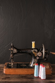 Hilos de algodón cerca de la máquina de coser