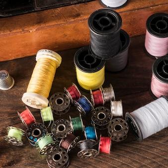 Hilos de colores en la mesa