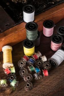 Hilos surtidos cerca de la máquina de coser