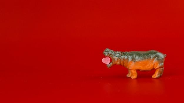 Hipopótamo de juguete con corazón.