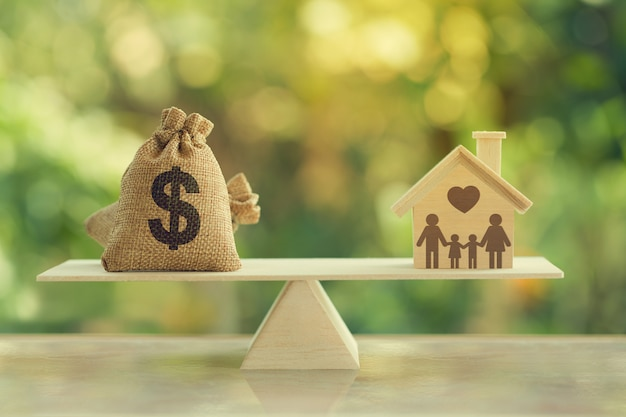 Hipoteca de la casa y concepto de gestión financiera familiar:
