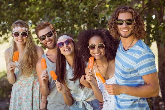 Hipster amigos disfrutando de paletas de hielo