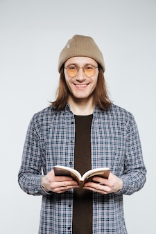 Hipster en anteojos con libro