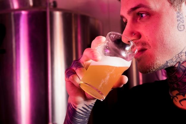 Hipster bebiendo cerveza artesana