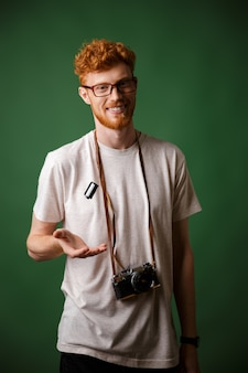 Hipster de cabeza lectora elegante guapo en camiseta blanca con cámara de fotos retro