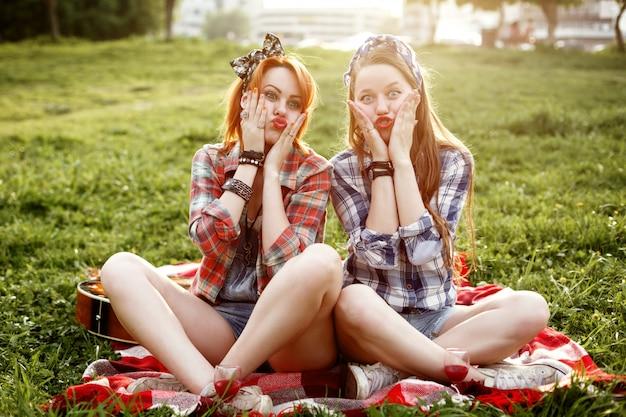 Hipster girls vestidas con estilo pin up divirtiéndose