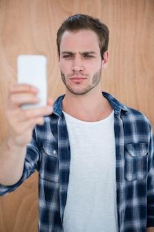 Hipster guapo tomando una selfie