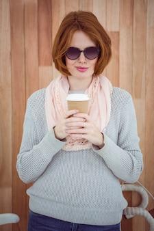 Hipster de pelo rojo tomando café