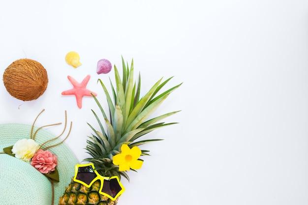 Hipster piña con frutas tropicales, conchas de mar y estrellas de mar.