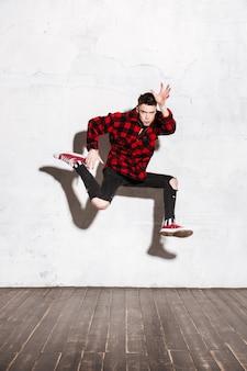 Hipster saltando en estudio