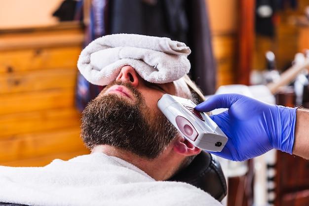 Hipster sentado en la sala de barberos