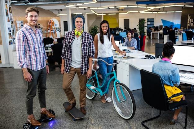 Hipsters con bicicleta, skate y pizarra inteligente.