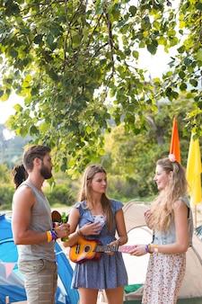 Hipsters divirtiéndose en su campamento