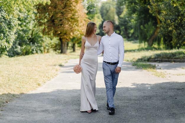 Historia de amor en el parque. feliz, hombre y mujer
