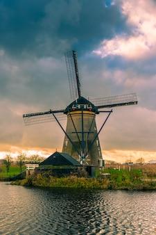 Historiadores molinos de viento holandeses cerca de rotterdam