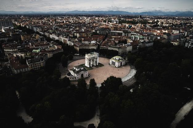 Histórica torre branca en milán