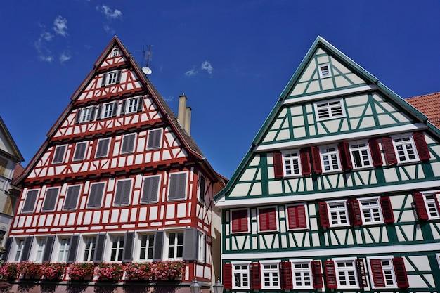 Históricas casas con entramado de madera en la plaza del mercado, calw, selva negra, baden-wuerttemberg, alemania.