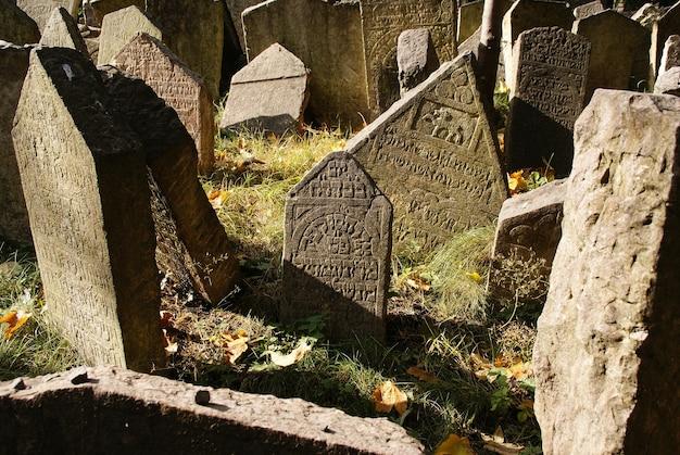 Histórico antiguo cementerio judío con tumbas de roca en praga y monumentos rotos por el paso del tiempo