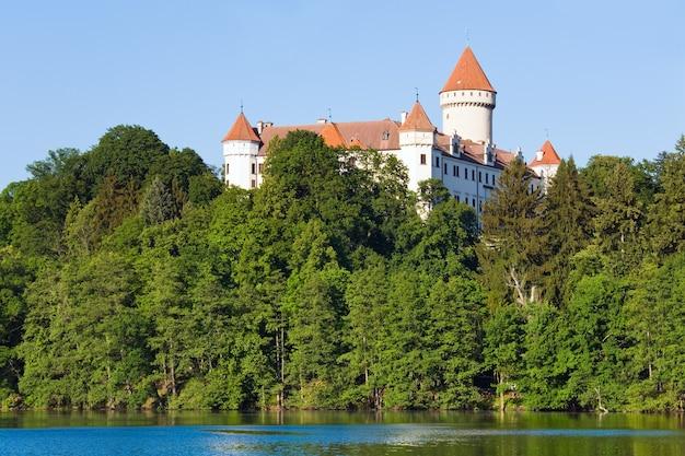 Histórico castillo medieval de konopiste en república checa (bohemia central, cerca de praga) y estanque de verano cerca