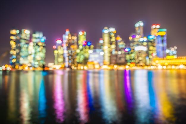 Hito exterior en el horizonte de la ciudad en el crepúsculo y