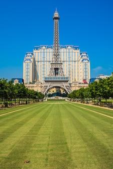 Hito de la hermosa torre eiffel del hotel y centro turístico parisino en la ciudad de macao