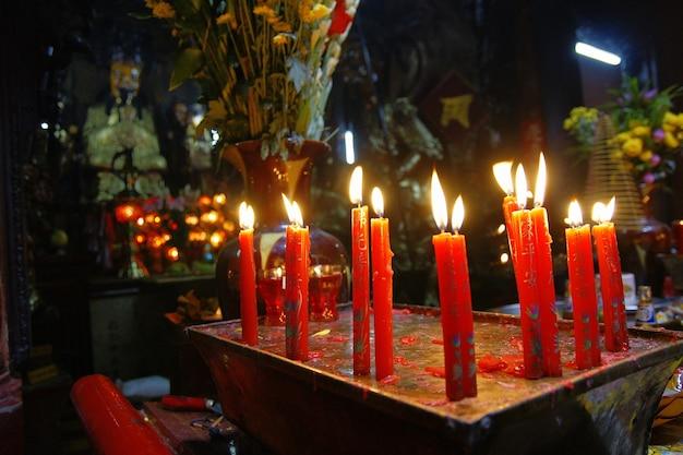Ho chi ming, vietnam - 27 de octubre de 2011: pueblo religioso asiático rezando en el templo de vietnam