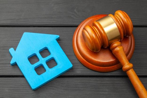 Hogar después del divorcio. sección de propiedad. juez mazo y casa. comprar o vender una vivienda mediante subasta.