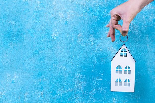 Hogar dulce hogar. inicio símbolo en mano en azul copyspace.