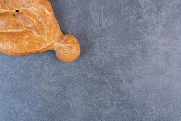 Hogaza entera de pan tandoori sobre fondo de mármol